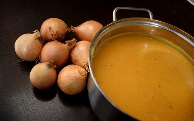 Zupa cebulowa – jak cieszyć się smakiem i nie męczyć z zapachem?